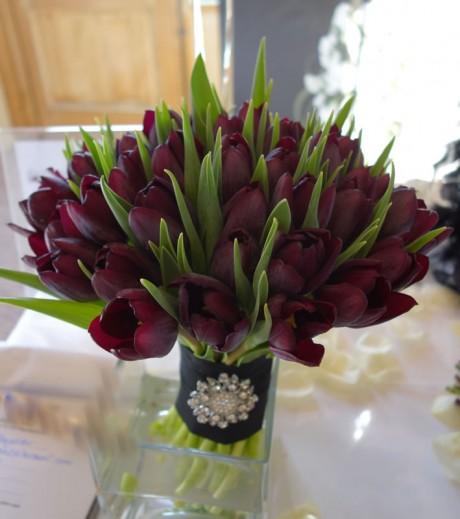 Dramatic and stylish wedding bouquet