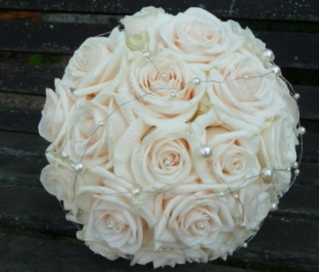 Champagne coloured rose bouquet.